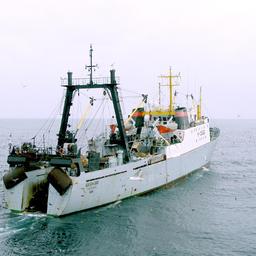 Рыбацкое судно ведет промысел на Дальнем Востоке