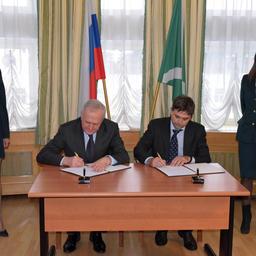 Глава Федеральной таможенной службы Владимир БУЛАВИН и президент Рыбной ассоциации Виталий КОРНЕВ скрепили подписями соглашение о взаимодействии