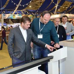 Глава Росрыболовства Илья ШЕСТАКОВ тестирует мобильное приложение по заказу морских деликатесов с холодильников «Русской рыбной компании»
