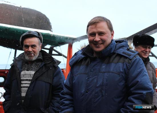Старший моторист Александр НЕДЕЛЬКА, капитан Александр НАСАДЮК и старший механик Сергей СТЕЛЬМАХОВ. Фото сделано членами экипажа