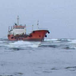 Танкер «Надежда» выбросило штормом на отмель в акватории морского порта Невельск. Фото пресс-службы СахНИРО