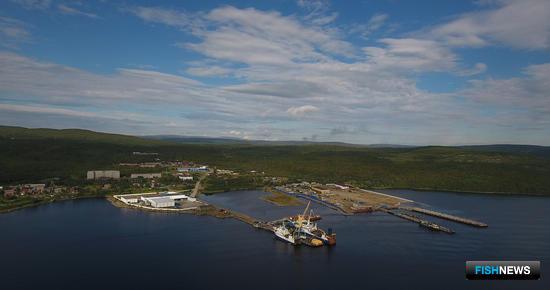Фабрика удобно расположена – на противоположном от Мурманска берегу Кольского залива по пути следования федеральной трассы Е105. Фото РК «КАРАТ»