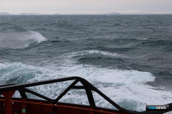 Все работы проходили в условиях, близких к штормовым. Фото сделано членами экипажа