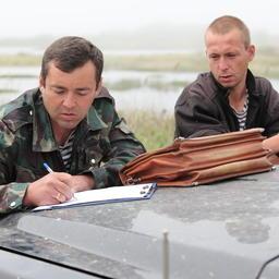 Инспектор рыбоохраны в Приморье составляет протокол по факту незаконного вылова
