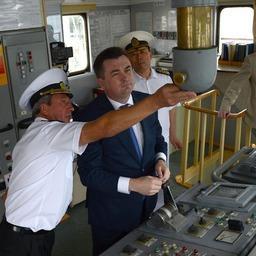 Капитан Сергей Толовиков провел для губернатора экскурсию по паруснику