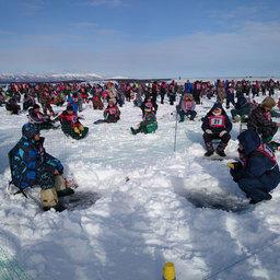 Рыбаки заняли места в отгороженных секторах