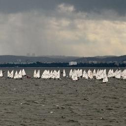 Сотни маленьких яхт встречали большие парусники на подходе к гавани. Фото Александра Кучерука.