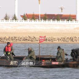 Рыболовецкая джонка с красным флагом на научном вылове рыбы. Фото Амурского ТУ Росрыболовства.