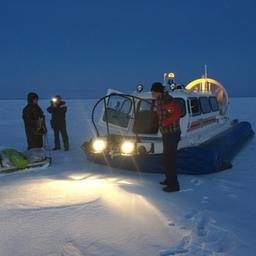 В Финском заливе спасатели переправили рыбаков на сушу с помощью судна на воздушной подушке. Фото пресс-службы МЧС России