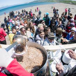 По окончании уборки всех ждал походный обед. Фото пресс-службы фонда «Родные острова»