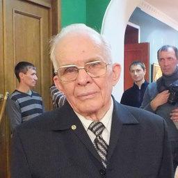Председатель инициативной группы по созданию памятника - капитан дальнего плавания, доцент кафедры управления судном Дальрыбвтуза Виктор ЩЕРБАТЮК