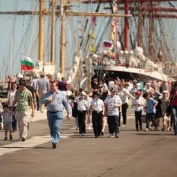 Полюбоваться уникальными парусниками пришло Более 300 тыс. человек. Фото Александра Кучерука.