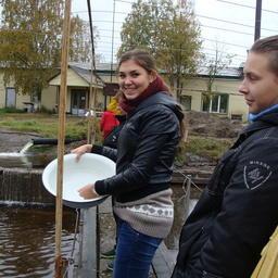 Студенты «примерили» профессию ихтиолога-рыбовода, попробовав кормить форель. Фото пресс-центра МГТУ