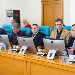 Сахалинская областная дума провела круглый стол по вопросам сохранения исторического принципа при распределении квот. Главной темой стали «крабовые инициативы». Фото пресс-службы регионального парламента