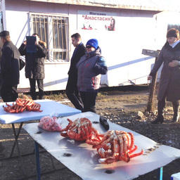 Продажа краба на рынке в поселке Взморье
