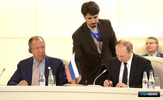Владимир Путин подписывает трехстороннюю декларацию. Слева – министр иностранных дел РФ Сергей Лавров. Фото пресс-службы Кремля