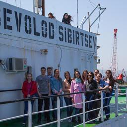 Студенты на экскурсии на плавзаводе «Всеволод Сибирцев». Фото пресс-службы ГК «Доброфлот»