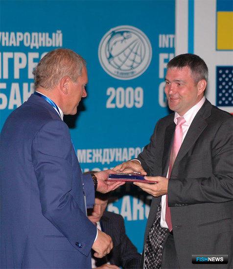 Вручая награду Дмитрию ДРЕМЛЮГЕ, руководитель Росрыболовства Андрей КРАЙНИЙ еще не знал, что он не тот, за кого себя выдает