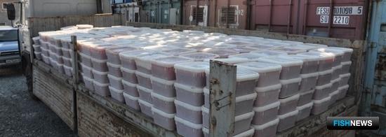 На Сахалине сотрудники транспортной полиции изъяли около 6,8 тонны незаконно добытой икры лососевых рыб. Фото пресс-службы управления на транспорте МВД России по ДФО