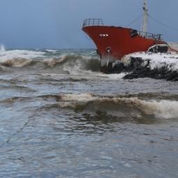 Сбор разлившегося топлива осложняет плохая погода. Фото РОО «Экологическая вахта Сахалина»