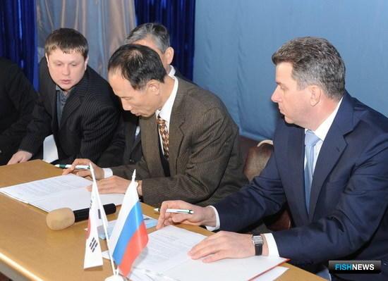 Начальник ВМРК Евгений Дубовик и президент KTI Со Иль Тэ подписывают соглашение об учреждении стипендии
