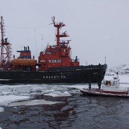 Во льду были проделаны широкие дороги. Фото ГТРК «Мурман».