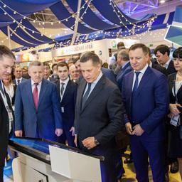 На стенде Росрыболовства полпред президента в ДФО Юрий ТРУТНЕВ проверил удобство мобильного приложения, позволяющего заказывать рыбу и морепродукты напрямую у дальневосточных производителей