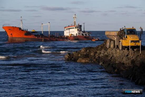 Для облегчения доступа к танкеру прокладывают временную дорогу. Фото пресс-службы правительства Сахалинской области