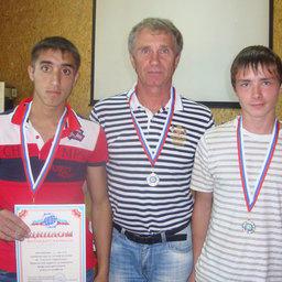 Александр КАЧАНОВ со своими подопечными – золотым и серебряным призерами Ульви ГАДЖИБАЛАЕВЫМ и Владиславом МИРОНОВЫМ