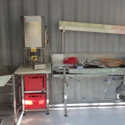 Оборудование, смонтированное на базе контейнера, позволяет осуществлять приемку, разделку (потрошение), мойку рыбы и ее упаковку. Фото ООО «Технологическое оборудование»