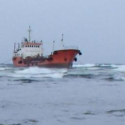 Танкер «Надежда» выбросило штормом на отмель в акватории морского порта Невельск в ноябре. Фото пресс-службы СахНИРО