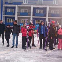 На левом фланге руководитель спортивной делегации ДМУ Александр КАЧАНОВ дает последние наставления своим лыжникам