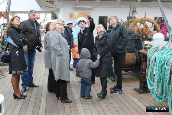 В последние дни стоянки практиканты провели по «Крузенштерну» экскурсии для всех желающих. Фото пресс-службы КГТУ.