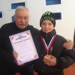 Профсоюзный лидер ПБТФ Петр Александрович КИСЕЛЕВ и будущий рыбак-спортсмен Петр ЦЕРКОВ, награжденный медалью «За волю к победе»