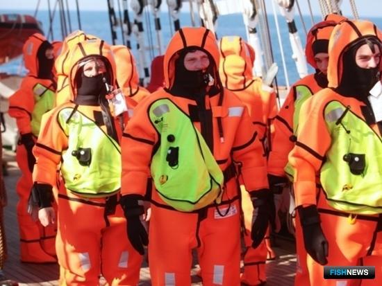 Во время учебной общесудовой тревоги курсанты и постоянные члены экипажа тренировались в применении гидротермокостюмов. Фото Александра Кучерука.