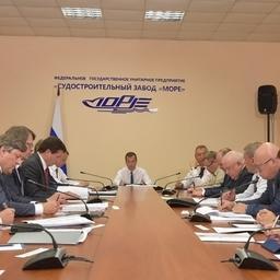 Премьер Дмитрий МЕДВЕДЕВ провел в Феодосии совещание по состоянию и перспективам организаций промышленности Республики Крым и Севастополя. Фото пресс-службы правительства