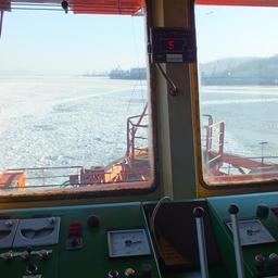 Судно вышло из порта Находка, прокладывая себе дорогу в ледовом поле