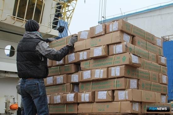 Транспортный рефрижератор «Океанрыбфлота «Канариан Рифер» отгрузил порядка 100 тонн олюторской сельди в порту Петропавловска-Камчатского. Фото пресс-службы правительства региона