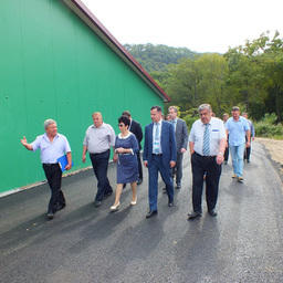 Директор Барабашевского завода Алексей Сопко провел для гостей экскурсию по предприятию