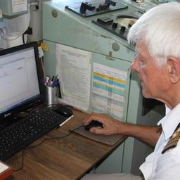 Помощник капитана судна «Восток Рифер» по радиоэлектронике Николай БУНЬКИН заполняет ЭПЖ