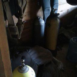 В цеху правоохранители обнаружили комплекты водолазного снаряжения. Фото Пограничного управления ФСБ России по Приморскому краю
