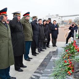 Участники митинга с гордостью вспомнили подвиг российских моряков. Фото корреспондента ИТАР-ТАСС.