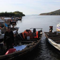 Сезонные работники базы «ДВ Рыбпром» отправляются на берег