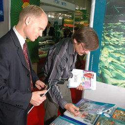 6-я международная специализированная выставка «Перспективы развития рыбной отрасли-2009». Владивосток, сентябрь 2009 г. У стенда медиахолдинга Fishnews
