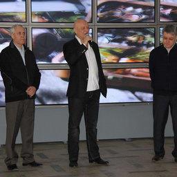 Руководитель Центра общественных связей Росрыболовства Александр САВЕЛЬЕВ (в центре) на открытии выставки