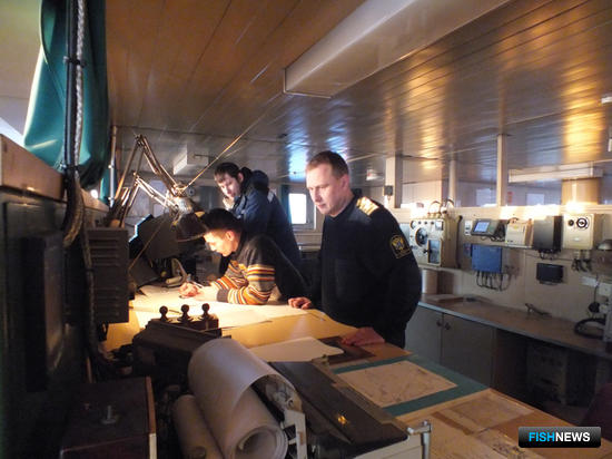 Капитан Александр Насадюк проверяет нанесение на карту точек маршрута