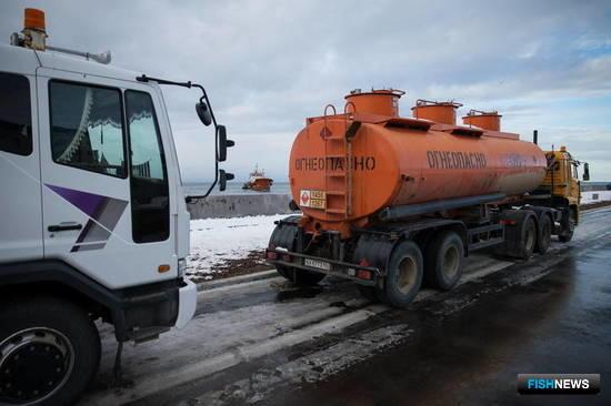 К 30 ноября с танкера было откачано 24 кубометра топлива – один бензовоз. Фото пресс-службы правительства Сахалинской области