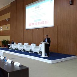 На Русском острове состоялось торжественное открытие сессии ПИКЕС. С речью выступил председатель организации Чул ПАК