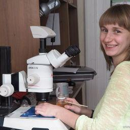 Евгения Беккер изучает пробы ветвистоусых ракообразных. Фото пресс-службы Кроноцкого государственного заповедника