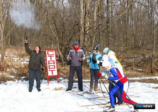 По сигналу ракетницы стартует первая тройка лыжной эстафеты: представители ВМРК, ТИНРО-Центра и ПБТФ